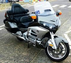 Puis-je prendre un taxi moto directement à la gare ou à l'aéroport ?